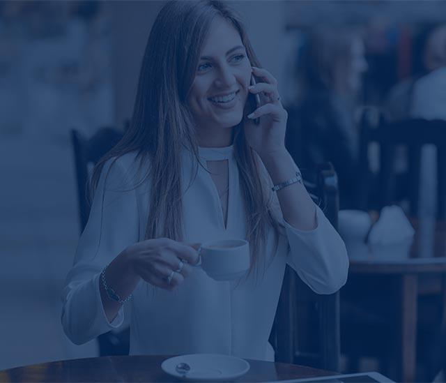 תמונות רקע של אשה מדברת בטלפון